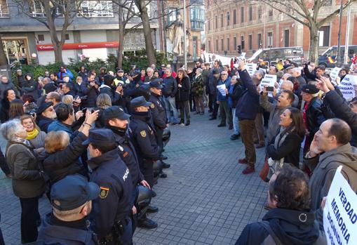 Un cordón policial separa a las víctimas que han acudido a las inmediaciones de la «celda» del colectivo que apoya a los presos de ETA