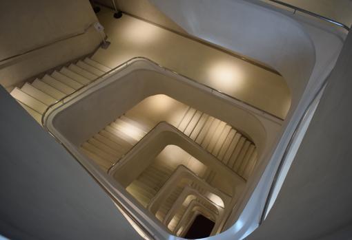 La escalera que conecta todos los pisos, tiene todos los tramos diferentes