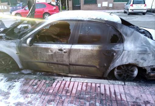 Uno de los coches quemados en Humanes