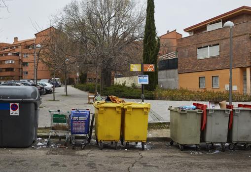 Los carros de supermercados abundan en las calles, junto a otros enseres