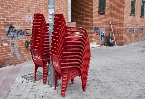 Encadenan las sillas a las farolas, como si estuvieran en la terraza de un bar
