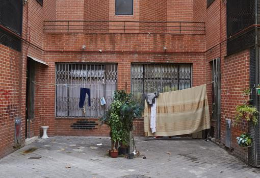 No hay comercios, por lo que okupan los locales para vivir o traficar con droga