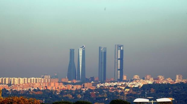Madrid La boina de contaminaciñon «tapa» la silueta de las cuatro torres el paseo  de e45346e9c9f