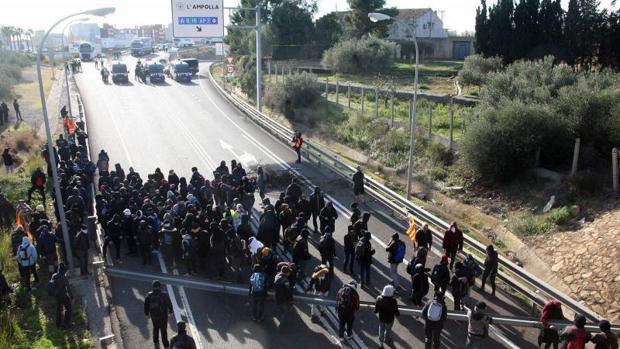 Corte de la autopista AP-7 en l'Ampolla (Tarragona) el pasado 21D