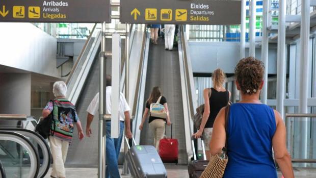 Viajeros en el aeropuerto de El Altet (Alicante-Elche)