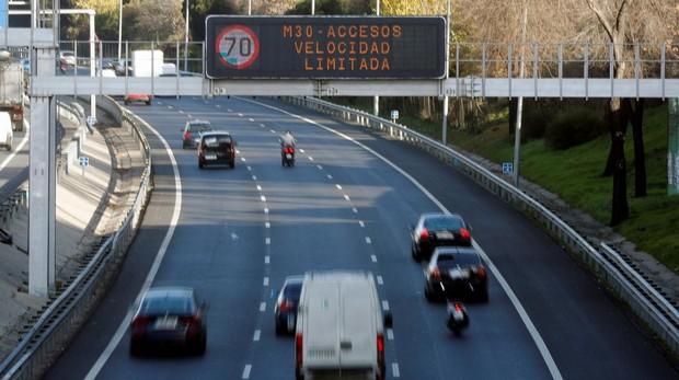 Paneles informativos indican el límite de velocidad