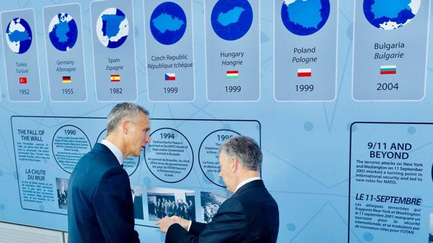Jens Stoltenberg, secretario general de la OTAN, con Manuel Santos, expresidente de Colombia