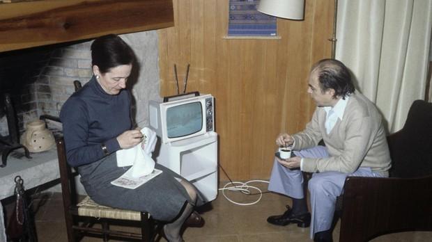 Jordi Pujol y Marta Ferrusola, en su casa de Premía de Mar, en 1980, viendo un informativo televisivo