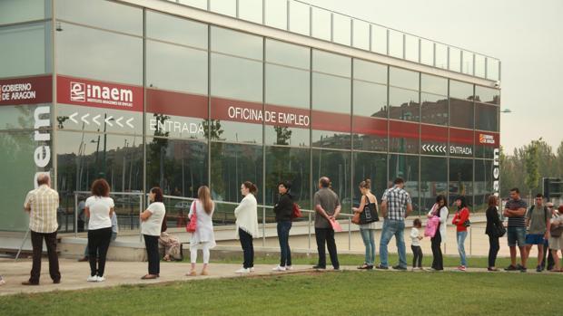 Desempleados haciendo cola a las puertas de una Oficina de Empleo en Zaragoza