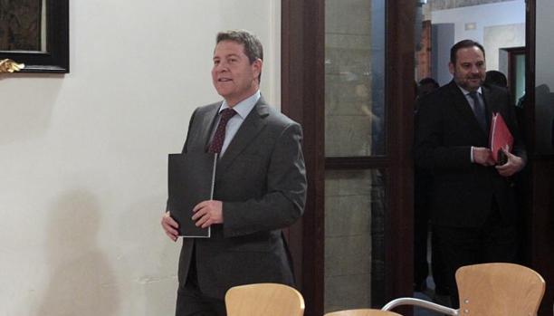 Emiliano García-Page en primer plano, con el ministro de Fomento, José Luis Ábalos, al fondo