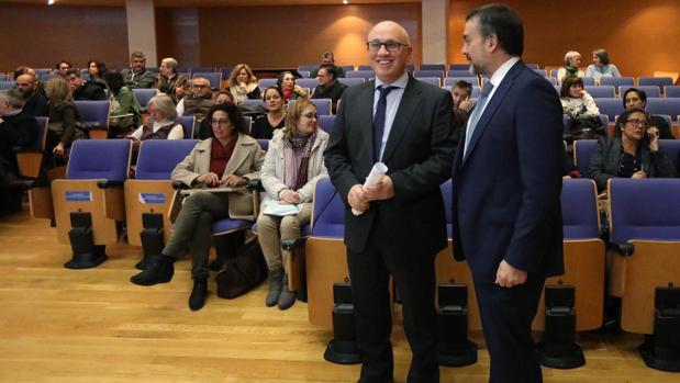 El gerente del Sergas y el director xeral de Asistencia Sanitaria, este martes, durante la reunión de los grupos de trabajo