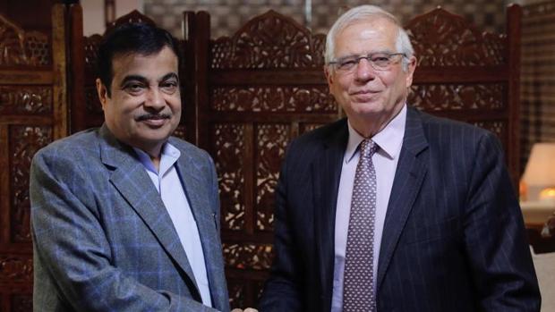 El ministro Borrell junto al ministro indio de Transporte por Carretera, Transporte y Recursos Hídricos, Nitin Gadkari, durante su encuentro