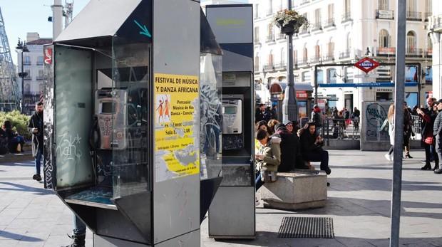 Dos cabinas telefónicas pintarrajeadas, en la Puerta del Sol de Madrid