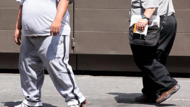 Personas obesas en una imagen de archivo