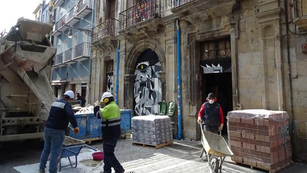 La hormigonera frente al la puerta del palacio ocupado
