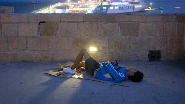 Imagen de archivo de un menor extranjero no acompañado en Melilla
