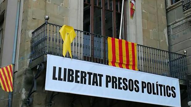 Pancarta de apoyo a los político encarcelados en el balcón del Ayuntamiento de Vic