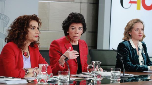 Isabel Celaá, acompañada por María Jesús Montero y Nadia Calviño