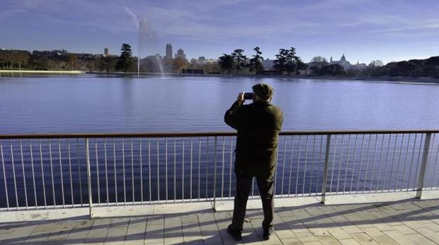 Un hombre hace una fotografía al nuevo lago de la Casa de Campo
