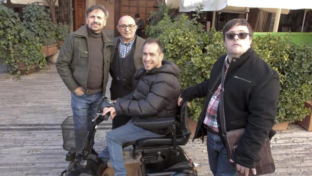 José Mota, el conocido hostelero Puli, «el Langui» y Pablo Pineda, este viernes en el corral de Don Diego