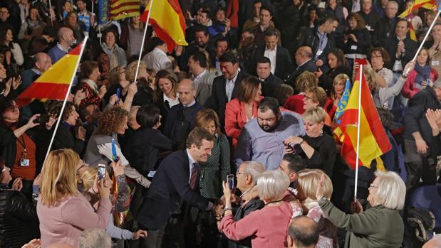 Casado llega, acompañado de los candidatos, al acto celebrado en el Oceanográfico