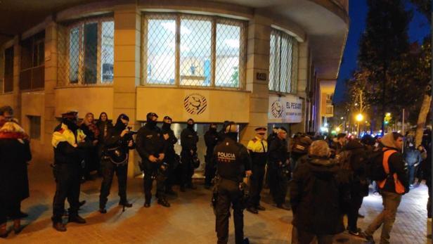 Despliegue policial en una imagen difundida por la CUP
