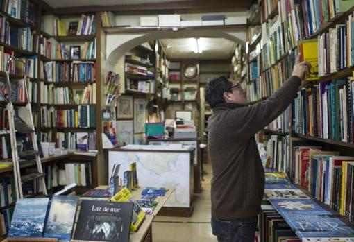 Interior de la librería Nicolás Moya
