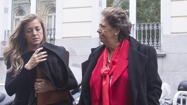 Imagen de Rita Corbín y Rita Barberá tomada en noviembre de 2016 en Madrid