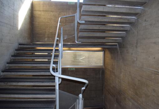 Para las escaleras optó por peldaños en ménsula que dejan entrar mejor la luz