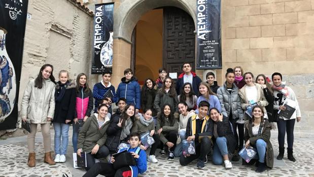 Estudiantes del «Gabriel Alonso de Herrera» posan a la entrada de una de las sedes de la exposición