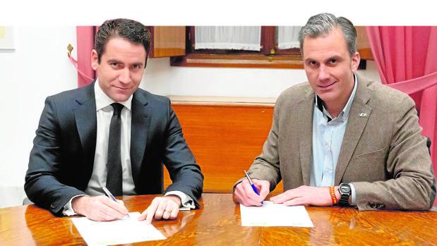 Teodoro García Egea y Javier Ortega, en la reunión en la que acordaron la Mesa del Parlamento andaluz