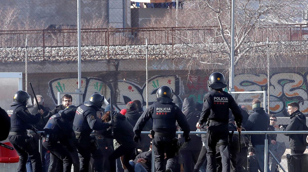 Los Mossos cargan contra radicales que intentaban boicotear un acto de Vox en L'Hospitalet