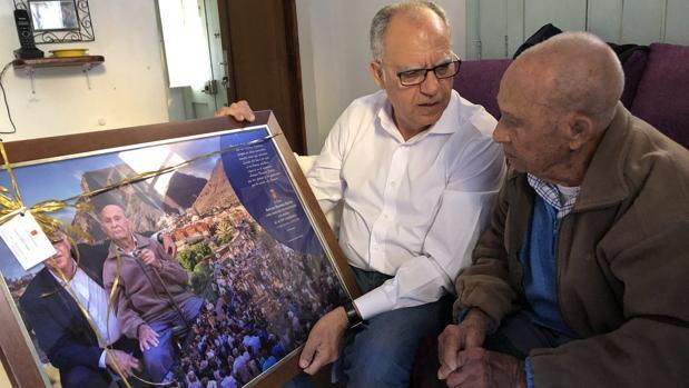 Casimiro Curbelo con Antonio Navarro Santos, vecino de Valle Gran Rey, al cumplir 104 años el pasado diciembre