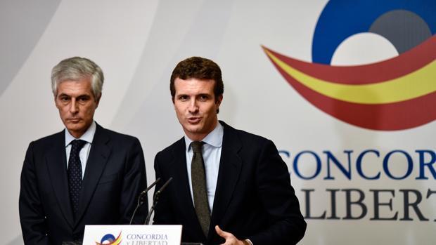 Adolfo Suárrez y Pablo Casado, en la presentación de la Fundación Concordia y Libertad, en una imagen de archivo