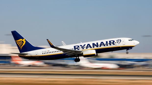 Avión de la compañía Ryanair despegando