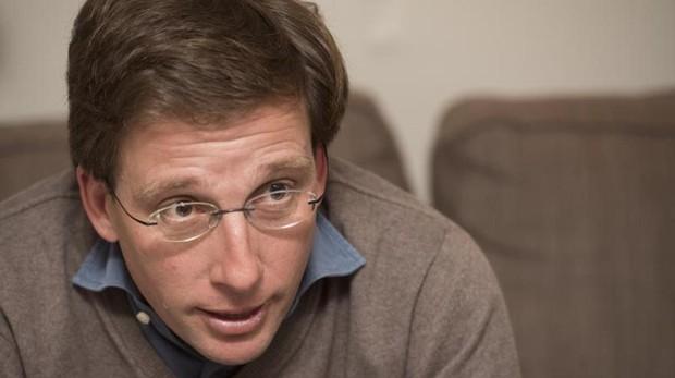 José Luis Martínez-Almeida, en el sofá de su casa