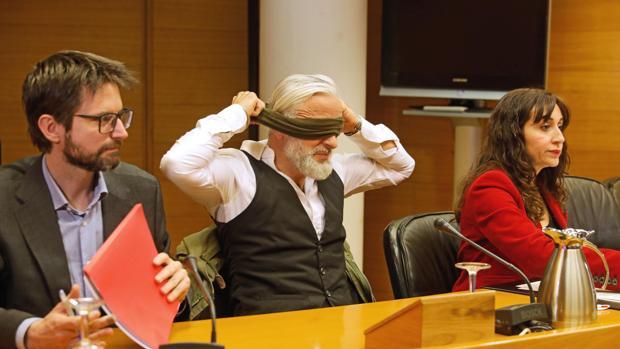 Marcos Benavent se quita la bufanda a su llegada a la comisión