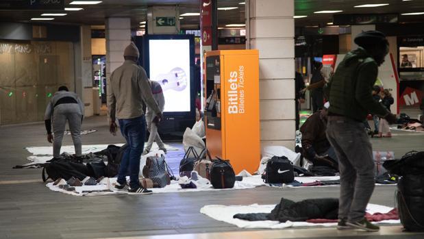 Manteros instalados en el vestíbulo de la estación de Cataluña