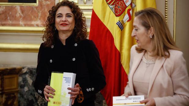 La ministra de Hacienda, María Jesús Montero (i), hace entrega a la presidenta del Congreso de los Diputados, Ana Pastor (d), el Proyecto de Presupuestos Generales del Estado para 2019