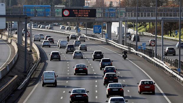 Panel informativo de la DGT indica la limitación de velocidad