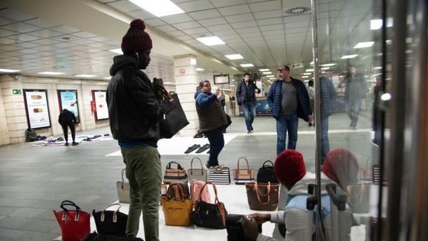 """Varios """"manteros"""", la semana pasada en el vestíbulo de la plaza Cataluña"""