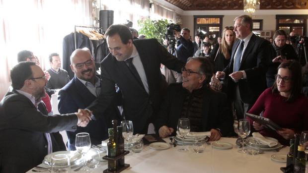Núñez saluda a los periodistas en la comida celebrada en un restaurante de Toledo