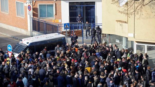 Concentración de protesta ante la comisaría del CNP en Gerona