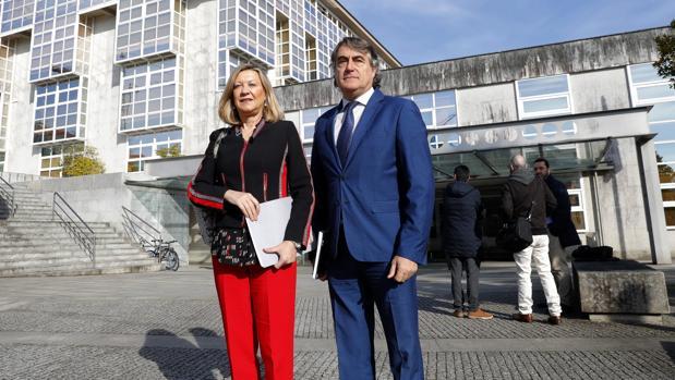 La consejera de Economía y Hacienda, Pilar del Olmo, y el director general del Instituto para la Competitividad Empresarial (ICE), José María Ribot ante la sede de a Xunta de Galicia