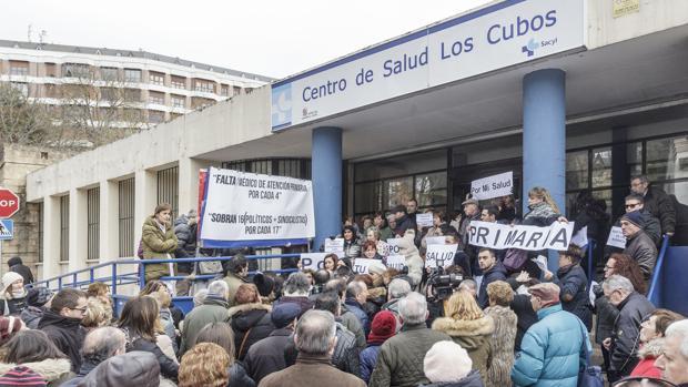 Protesta en el centro de salud de 'Los Cubos' por la renuncia de tres de sus doctoras