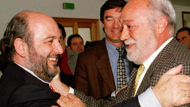 Eduardo Martín Toval (d.) saluda a Joaquín Almunia