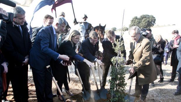 Políticos de diferentes administraciones y los dirigentes de Puy du Fou echan tierra sobre la encina