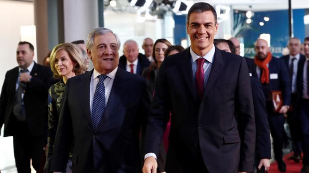 El presidente del Gobierno, Pedro Sánchez, junto al presidente del Parlamento Europeo, Antonio Tajani