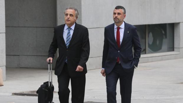 Santi Vila (d.), con su abogado Pau Molins, antes de declarar en la Auidiencia Nacional