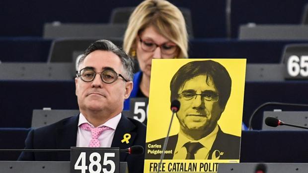 Eurodiputados muestran carteles en apoyo al expresidente de la Generalitat Carles Puigdemont